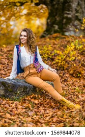 Portret cu o femeie frumoasa in peisaj de toamna