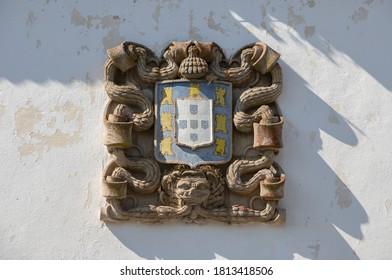 Armoiries de vieilles pierres sculptées portugaises du village historique d'Almeida, Portugal