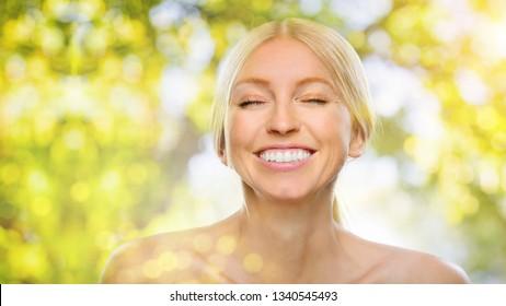 positive erwachsene frau in der natur und sonne - Shutterstock ID 1340545493