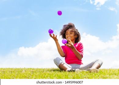 Positives glückliches Mädchen Jongle auf dem Gras