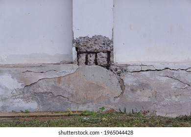 The post is made of reinforced concrete, in a damaged condition, the rebar is rusted. The structure of the building is deteriorating, unsafe to use, may cause danger to the occupants.