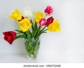Postkarte. Bouquet mit hellen Tulpen auf weißem Hintergrund