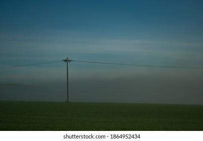 poste de luz en la naturaleza con niebla