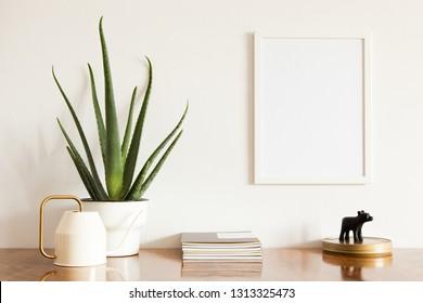 Posterrahmen, Aloe House, Design-Wasserdose, Metallbox und Wohnungsdekor auf einem Heimschreibtisch.