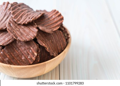 potato chips with chocolate on plate