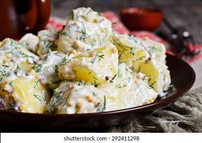 Salade de pommes de terre aux graines de moutarde et garniture blanche à la rustique