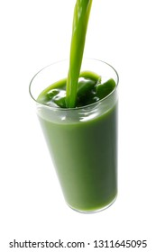 Pour Green juice into the glass