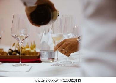 Pour white red wine and rose from the decanter and glass into the glass.