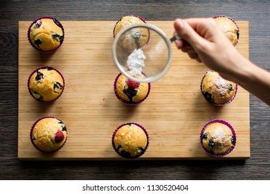 Powdering the muffins