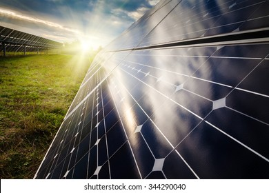 Power plant using renewable solar energy with sun