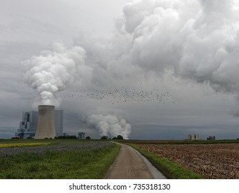 Power station, heavy emissions and dark clouds