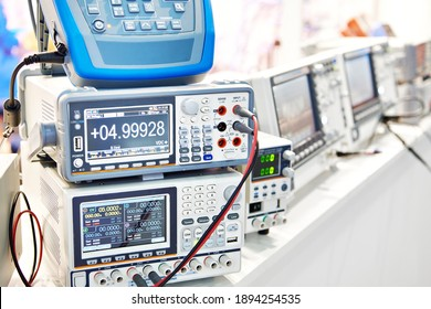 Power supplies and electronic measuring devices in the laboratory