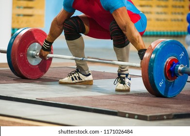 Powerlifter to prepare exercise deadlift during competition of powerlifting