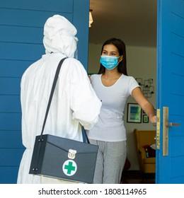 El personal técnico de EPP revisa las dudas de los pacientes enfermos en casa.Después de la comprobación de los síntomas, la mujer y el resultado se aprueban.