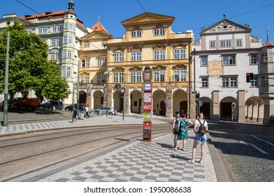 PRAAG ,TSJECHIE - 23 JULY 2020:  Beautifully colored facades and people in the center of Prague on a sunny summer day.
