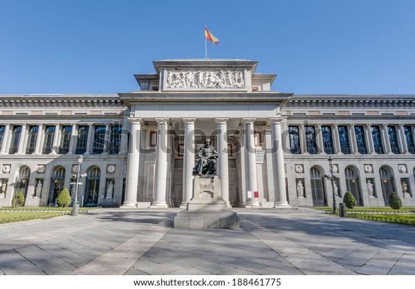 Façade du musée du Prado et statue de Cervantes à Madrid, Espagne
