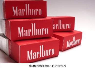 Imágenes, fotos de stock y vectores sobre Selling Cigarettes