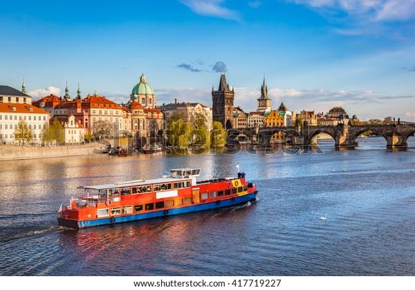 Pont Charles historique de Prague, République Tchèque. Croisière en bateau sur la rivière Vltava