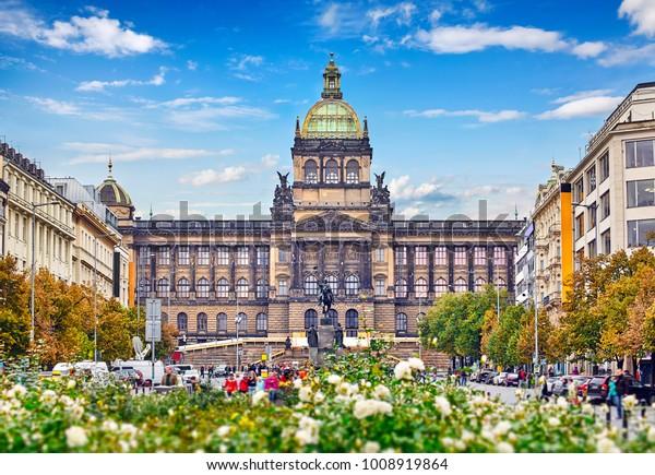 Le musée national de Prague sur la place Wenceslas République tchèque célèbre point de repère en Europe arbre et rosiers ciel bleu avec nuages.