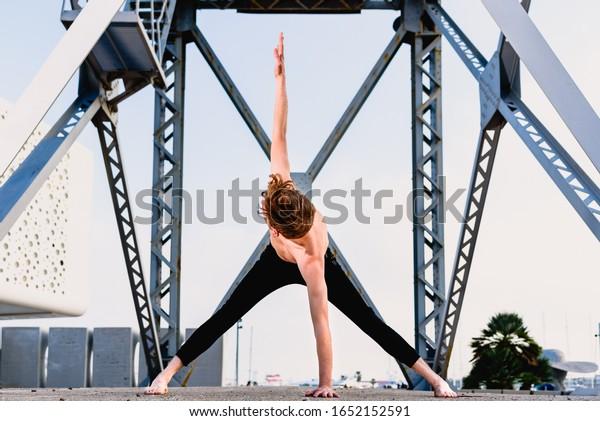 Prasarita Padottanasana, postura de yoga, asana de piernas abiertas que ayuda a estirar las cadenas.