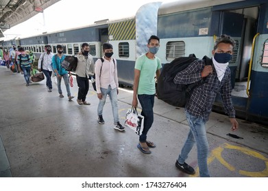 Prayagraj: Migrants from Mumbai arrived by  a special train at Prayagraj Junction step out to board buses to reach their native places during Nationwide COVID-19 Lockdown on May 28, 2020.