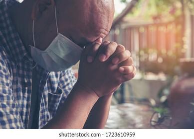 Beten und Bibelkonzept.Asiatische Männer tragen medizinische Maske beten, Hoffnung auf Frieden und frei von Koronavirus, Hand in Hand, glaubt und Glauben an christliche Religion in der Kirche.