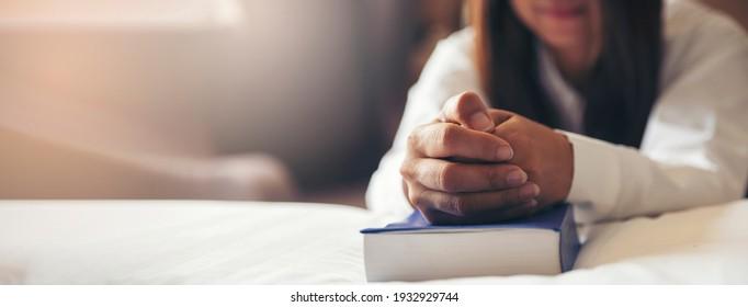 Gebete und Bibelkonzept. Hand der Frauen beten, Hoffnung auf Frieden und frei, Hand in Hand mit der Frau, glauben und Glauben an die christliche Religion auf kirchliche panoramische Banner für Web h