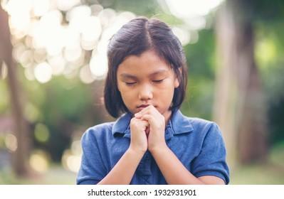 Gebetskonzept. Asiatische Kinder beten, Hoffnung auf Frieden und frei von Coronavirus, Hand in Hand von Kind, glaubt und Glauben an christliche Religion in der Kirche.