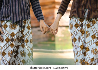 pre wedding asian people wearing traditional Javanese clothes