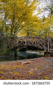 Precioso puente de madera entre la naturaleza en el Pac nou de Olot