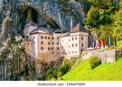Schloss Predjama, ein mittelalterliches Schloss, erbaut in einem Felsen in der Nähe der Stadt Postojna, Slowenien.