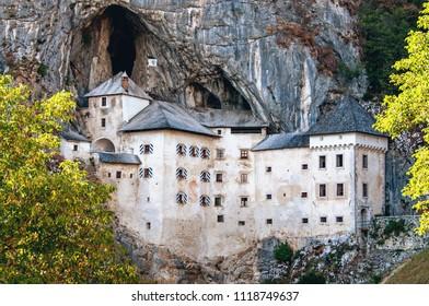 Predjamski grad in Postojnska jama v gore jame Slovenija