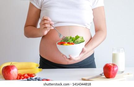 las mujeres embarazadas comen ensalada de verduras y fruta, comida saludable