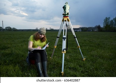 A pregnant woman, the surveyor draws obris 2