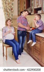 pregnant women with the family in the kitchen
