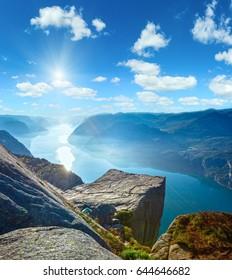 Preikestolen massive Klippe (Norwegen, Lysefjorden Sommermorgensonnenschein)