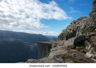 Preikestolen (Pulpit Rock) in Norwegen, oberhalb von Lysefjord. Norwegens berühmteste Bergwanderungen