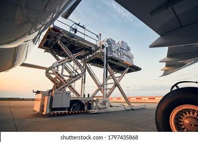 Vorbereitung vor dem Flug. Beladung von Frachtcontainern zum Flugzeug am Flughafen.
