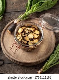 Zubereitung der Kräutertinktur aus frischer, komfrey Wurzel in einem Glasglas