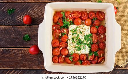 Zubereitung der Bestandteile für Fetapasta. Trending Feta Kuchen Nudelgerichte aus Kirschtomaten, Feta Käse, Knoblauch und Kräuter.  Draufsicht, oben, Kopienraum.