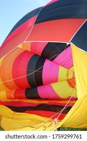 préparation d'un ballon à air chaud multicolore en gros plan, vu à l'intérieur