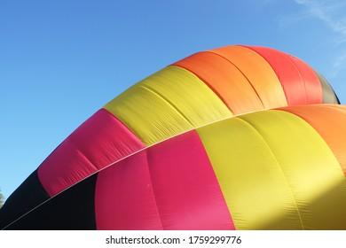 préparation d'un ballon à air chaud multicolore en gros plan