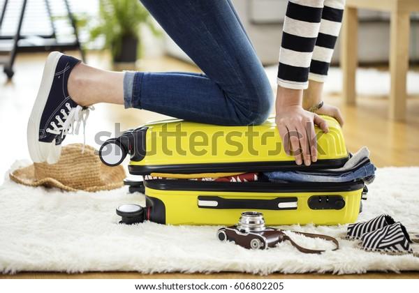 Préparation de la valise voyage à la maison
