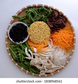 Préparer et mélanger pour faire des nouilles instantanées végétaliennes avec des légumes, de la matière première comme haricots à cordes, champignons, carottes, ingrédient simple pour le petit-déjeuner végétarien qui est riche en fibres