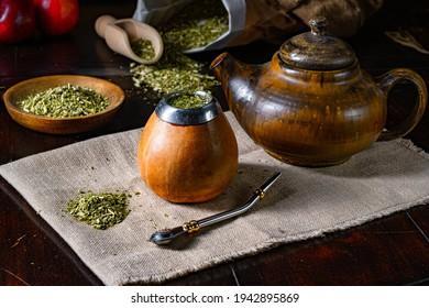 Préparer le maté yerba avec calabash et bombilla