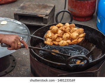 Preparing Alu/Potato stuffed Puri/ Kachodi at Terreti Bazaar, Kolkata, India.