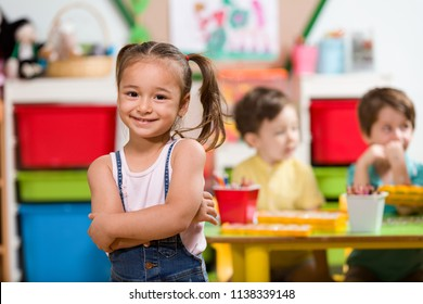 Fille maternelle en classe