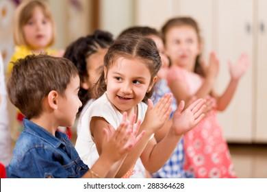 Дошкольники играют в классе.