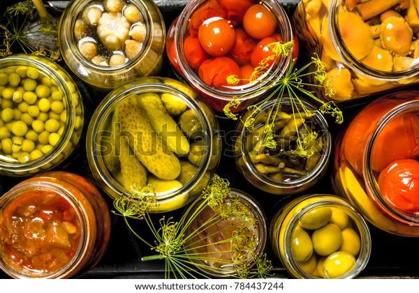 古い箱に入れたガラス瓶に野菜を入れて保存します。黒板に。