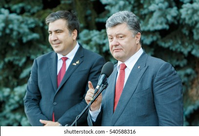 President of Ukraine Petro Poroshenko (R) and  former president of Georgia Mikhail Saakashvili meets with reporters during a visit to Odessa, 2015.07.08.